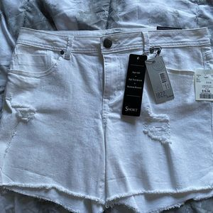 1822 // white distressed denim shorts Size 14